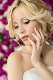 Braut auf dem Pfingstrosenblumenhintergrund Lizenzfreie Stockbilder