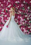 Braut auf dem Pfingstrosenhintergrund Lizenzfreie Stockfotos