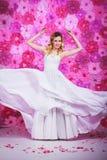 Braut auf dem Rosa blüht Hintergrund Stockfotos