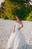 Braut auf dem Strand Stockbild