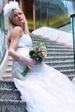 Braut auf den Treppen Stockbilder