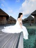 Braut auf der Brücke des Strandes Lizenzfreie Stockfotografie