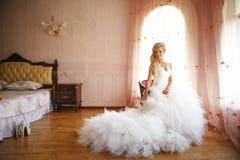Braut auf einem Stuhl Lizenzfreie Stockfotografie