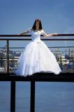 Braut auf einer Brücke stockfotografie