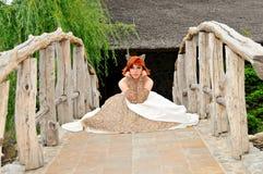 Braut auf einer Brücke an ihrem Hochzeitstag Lizenzfreies Stockfoto
