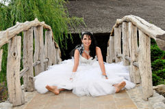 Braut auf einer Brücke an ihrem Hochzeitstag Lizenzfreie Stockfotos