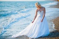 Braut auf Seeküste Stockfotografie