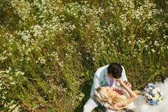 Braut auf seinem Schoss Lizenzfreie Stockfotos