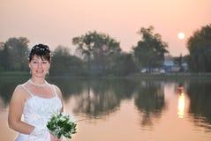 Braut auf Sonnenuntergang lizenzfreie stockbilder