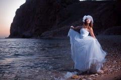 Braut auf Sonnenuntergangstrand stockfotografie