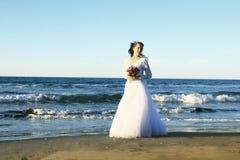 Braut auf Strand Lizenzfreie Stockbilder