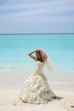 Braut auf tropischem Strand Stockfotografie