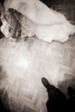 Braut auf weißem Kleid und Beinen des Hochzeitstags Lizenzfreie Stockfotos