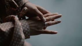 Braut berührt einen Verlobungsring auf ihrem Finger stock footage