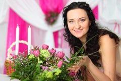 Braut berührt schönen Blumenstrauß der rosafarbenen Tulpen Lizenzfreies Stockfoto