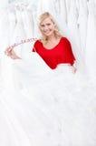 Braut beschließt das Kleid, um ein zu versuchen Stockfotografie