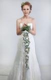 Braut blond mit Blumenstrauß der Blumen Lizenzfreies Stockfoto
