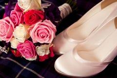 Braut-Blumen-Blumenstrauß-und Satin-Schuhe lizenzfreies stockbild