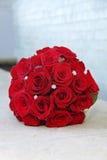 Braut-Blumenstrauß der roten Rosen Stockfotografie