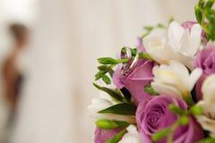 Braut, Blumenstrauß mit Ringen und Hochzeitskleid Stockfoto