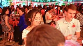 Braut-Bräutigam Sit bei Tisch mit Verwandten essen am Hochzeitsfest stock video