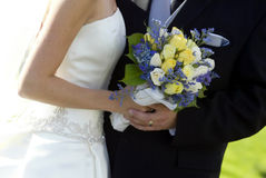 Braut, Bräutigam u. Blumenstrauß Stockfotografie