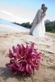 Braut, Bräutigam und Blumenstrauß Stockbilder