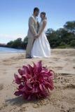 Braut, Bräutigam und Blumenstrauß Stockfoto