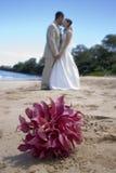 Braut, Bräutigam und Blumenstrauß Lizenzfreies Stockfoto