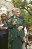 Braut, Bräutigam und Gäste teilen Wein an einer traditionellen jüdischen Hochzeit in Ojai, CA Lizenzfreie Stockfotografie