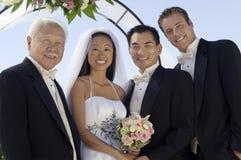 Braut, Bräutigam, Vater und bester Mann lizenzfreie stockfotografie