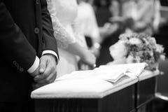 Braut, Bräutigam und Blumenstrauß in einem Hochzeitstag Stockfotografie