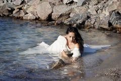Braut in dem Meer Lizenzfreie Stockfotos