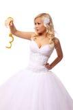 Braut in den Goldhandschellen. schönes blondes Denken der jungen Frau lokalisiert auf Weiß Stockbild