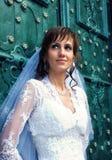 Braut an der alten Tür Stockfotografie