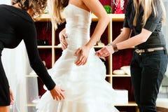 Braut an der Kleidung kaufen für Hochzeitskleider lizenzfreies stockbild
