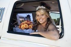 Braut in der Limousine Lizenzfreie Stockfotos