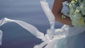 Braut an der Segelyacht stock footage