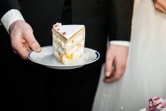 Braut in der weißen Kleider- und Bräutigamausschnitthochzeitstorte Lizenzfreie Stockfotos
