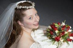 Braut, die über Schulter schaut lizenzfreies stockfoto