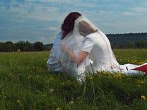 Braut, die auf Bräutigam sich lehnt lizenzfreies stockbild