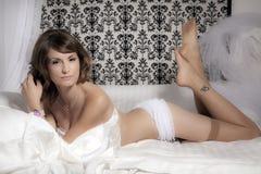 Braut, die auf dem Bett liegt lizenzfreie stockbilder