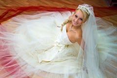Braut, die auf dem Fußboden sitzt Lizenzfreie Stockbilder