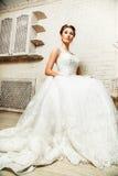 Braut, die auf einem Stuhl sitzt Lizenzfreies Stockbild