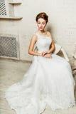 Braut, die auf einem Stuhl sitzt Stockfoto