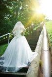 Braut, die auf einem Treppenhaus steht Stockfotografie