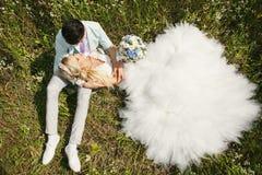 Braut, die auf seinem Schoss liegt Lizenzfreies Stockfoto