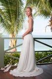Braut, die auf tropischem Seeseitenhintergrund schwingt Lizenzfreie Stockfotos