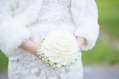 Braut, die Biedermeier-Blumenstrauß hält Stockfotos