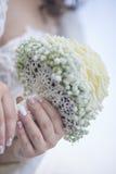 Braut, die Biedermeier-Blumenstrauß hält Lizenzfreie Stockbilder